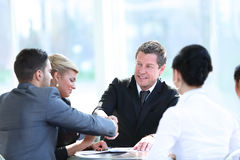 Geschäftsleute, welche die Hände, eine Sitzung oben beendend rütteln Lizenzfreie Stockfotos