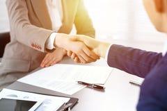 Geschäftsleute, welche die Hände, eine Sitzung oben beendend rütteln Papierunterzeichnen, Vereinbarung und Beratungskonzept des R stockbilder