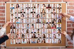 Geschäftsleute, welche die Kandidaten für Job einstellen lizenzfreie stockbilder