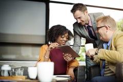 Geschäftsleute, welche die Unternehmens-Digital-Tablet-Technologie Conc treffen stockfotos
