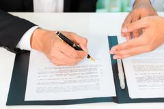 Geschäftsleute Zeichenvereinbarung Lizenzfreie Stockfotos