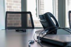Geschäftslokal-Konferenzsaal-Tabelle mit Technologie stockfotografie
