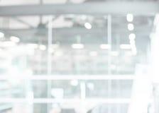 Geschäftslokal weißes und graues bokeh beleuchtet Hintergrund lizenzfreies stockbild