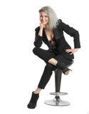 Geschäftsmädchen, das auf Stuhl und dem Lächeln aufwirft Stockbild