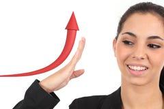 Geschäftsmädchen, das ein Wachstumsdiagramm anhebt Stockbild