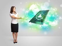 Geschäftsmädchen, das modernes Tablettentechnologiekonzept zeigt Stockfotos