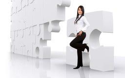Geschäftsmädchen mit Puzzlespiel Lizenzfreie Stockbilder