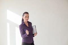 Geschäftsmädchen steht mit Ordner mit den Dokumenten Stockfoto