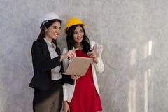 Geschäftsmädchen und -ingenieur mit asiatischen Leuten arbeiten mit Laptop AR Lizenzfreies Stockbild