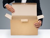Geschäftsmänner öffnen unbelegten braunen Papierkasten Lizenzfreies Stockfoto