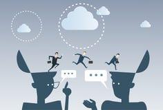 Geschäftsmänner über den offenen Köpfen, die Geschäfts-Ideen-Inspiration, kreatives Prozesskonzept-Brainstorming denken Stockbild