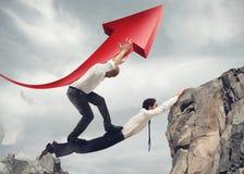 Geschäftsmänner überbrücken zusammenarbeiten für den Erfolg von Unternehmens Stockbild