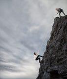 Geschäftsmänner arbeiten zusammen, um ein Ziel zu erzielen Lizenzfreie Stockfotografie