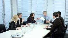 Geschäftsmänner auf den Verhandlungen stock video footage