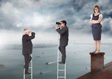 Geschäftsmänner auf Leitern unter der Geschäftsfrau, die auf Dach mit Kamin und bewölktem Stadthafen steht Stockfotos