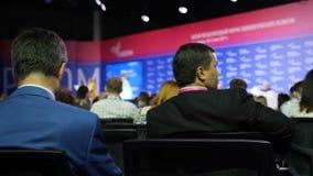 Geschäftsmänner bei einer Sitzung r o stock video footage
