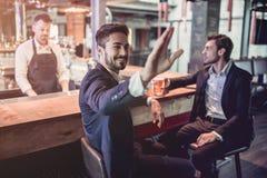 Geschäftsmänner in der Stange lizenzfreies stockfoto