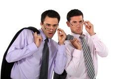 Geschäftsmänner, die über ihren Gläsern schauen Lizenzfreies Stockbild