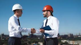 Geschäftsmänner, die Abkommen besprechen und machen Lizenzfreie Stockfotos