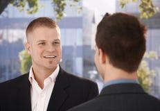 Geschäftsmänner, die außerhalb des Büros plaudern Lizenzfreie Stockfotografie