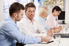 Geschäftsmänner, die auf Geschäftstreffen sprechen Lizenzfreies Stockbild