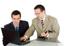 Geschäftsmänner, die an dem Laptop arbeiten Lizenzfreies Stockfoto