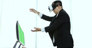 Geschäftsmänner, die den Inhalt von VR-Gerät ansehen stock video footage