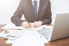 Geschäftsmänner, die in den Notizbüchern notieren stockbild