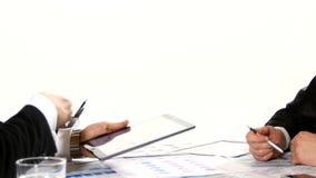 Geschäftsmänner, die Diagramme auf der Tablette besprechen stock video footage