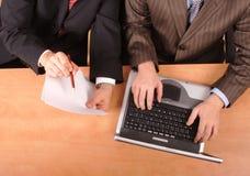 Geschäftsmänner, die an Dokument arbeiten Lizenzfreies Stockbild