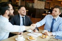 Geschäftsmänner, die ein Abkommen machen Lizenzfreies Stockbild
