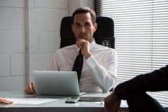 Geschäftsmänner, die eine Sitzung im Büro haben Stockbilder