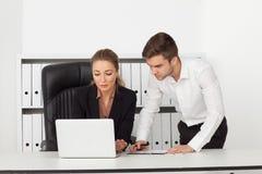 Geschäftsmänner, die in einem Büro arbeiten Stockfoto