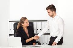 Geschäftsmänner, die in einem Büro arbeiten Stockfotografie