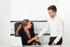 Geschäftsmänner, die in einem Büro arbeiten Lizenzfreie Stockfotografie