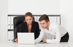 Geschäftsmänner, die in einem Büro arbeiten Lizenzfreie Stockfotos