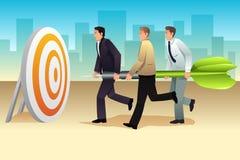 Geschäftsmänner, die einen Pfeil auf dem Ziel zielen Lizenzfreies Stockbild