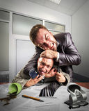 Geschäftsmänner, die für das Vereinbarungskennzeichnen kämpfen Lizenzfreies Stockbild