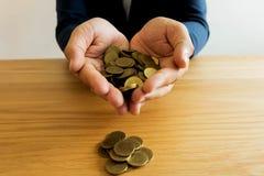 Geschäftsmänner, die Geld sparen Ei auf goldenem Hintergrund lizenzfreie stockbilder