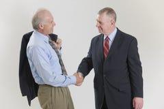 Geschäftsmänner, die Hände rütteln Stockfotos