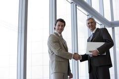 Geschäftsmänner, die Hände rütteln Stockfoto