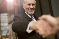 Geschäftsmänner, die Hände rütteln lizenzfreie stockfotografie