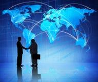 Geschäftsmänner, die Hände und Weltkarte-Hintergrund rütteln Lizenzfreie Stockfotos