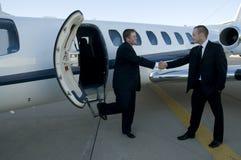 Geschäftsmänner, die Hände vor Unternehmensje rütteln Stockfoto