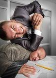 Geschäftsmänner, die im Büro kämpfen Lizenzfreies Stockfoto