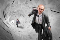 Geschäftsmänner, die inneren Dokumententunnel laufen lassen Lizenzfreie Stockbilder