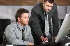 Geschäftsmänner, die mit Computer arbeiten Lizenzfreie Stockfotos