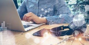 Geschäftsmänner, die moderne Tischplattenlaptop-Holz-Tabelle bearbeiten Globale Verbindungs-virtueller Ikonen-Diagramm-Schnittste Lizenzfreie Stockfotografie