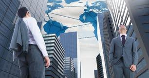 Geschäftsmänner, die oben in der hohen Stadt mit Weltkarte- und Leutenetzen schauen Lizenzfreie Stockfotografie
