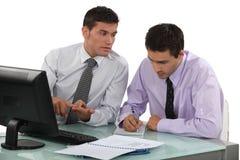 Geschäftsmänner, die an Projekt arbeiten Lizenzfreies Stockfoto